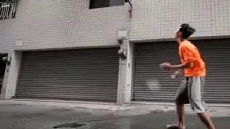男子和大风打羽毛球