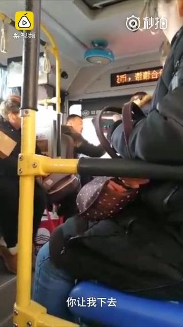 大连公交车乘客与司机发生争吵..........然后..