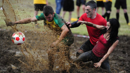 泥浆中的战斗!欧洲沼泽足球锦标赛