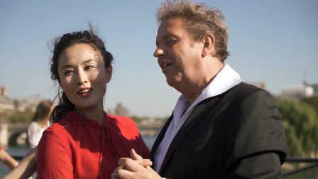 法国华人巴黎艺术桥上玩快闪,祝福祖国!
