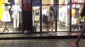 老婆求老公陪她买衣服,却碰见老公陪情人买衣服
