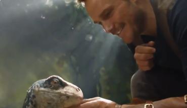 亲亲、抱抱、举高高!《侏罗纪世界2》星爵与小恐龙温馨互动!