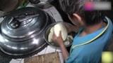 4岁时妈妈离家出走,农村小男孩自力更生,做饭也是游刃有余!