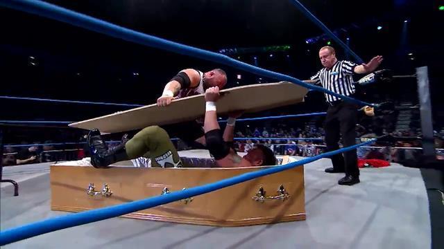 TNA上演棺材赛,雷老虎将埃里克杨砸穿桌子,反被面碎装进棺材