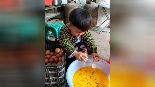 这个娃打鸡蛋的手法我服了,比我这个大人都厉害!