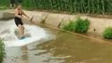 农村人就是会玩,小河里面欢乐多,还能玩出冲浪的感觉!