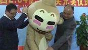 """国闻趣事 广西2.64亿双色球巨奖得主穿""""猴装""""领奖"""