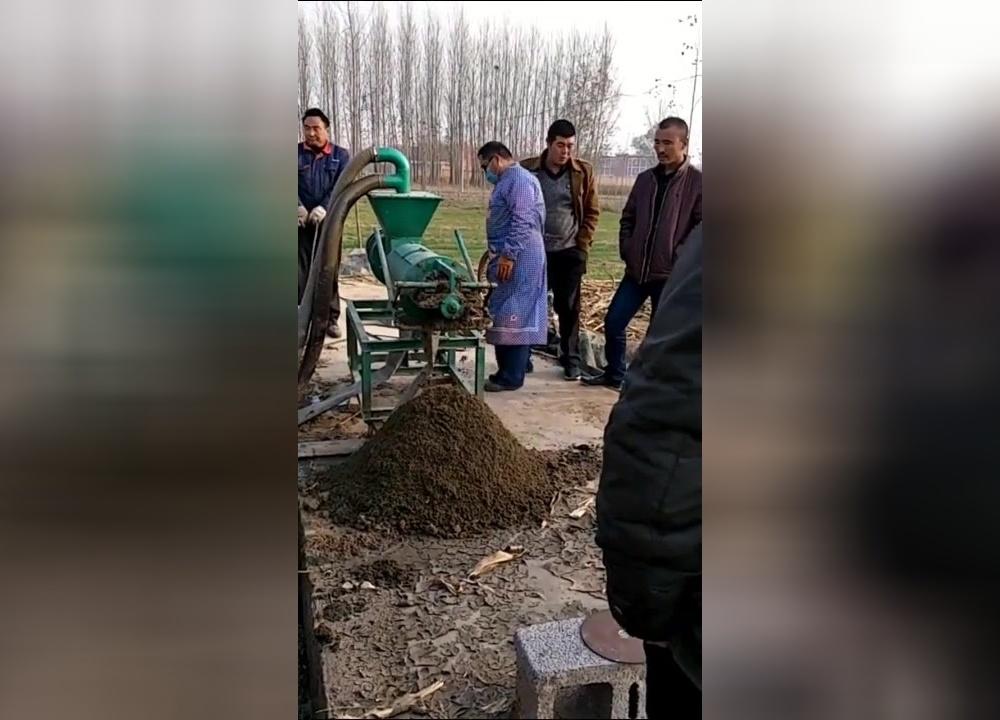在农村给人抽粪坑,一个坑能挣1000多,看着脏但是挣钱多啊