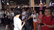 街头艺人,小龙女翻唱邓丽君《又见炊烟》边唱边收红包,太棒了!