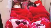俩女孩火车过道铺床睡 12306: 过道不能占用
