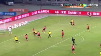 郜林怕了辽宁球员的拥抱式防守 一脚倒钩踢中对手