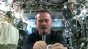 【神奇!在太空拧湿毛巾是种怎样的体验?你肯定没见过】拧湿毛巾在地球上很简单,但在太空可能就很不一样。那究竟会是种什么体验?加拿大宇航员克里斯·哈德菲尔德在空间站...