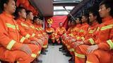 【四川】居民楼突发大火困48人 消防员救人后缺氧昏迷