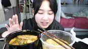 素颜特美的北京妹子,吃杨国福VS张亮麻辣烫,你见过这样喝水的吗