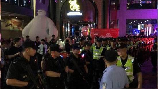 警方突查郑州一娱乐场所 多名女子被带走
