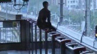 大学男生坐地铁与女友争吵 竟跳下铁轨