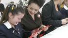 彭丽媛访问澳洲女子学校 与学生一起剪纸