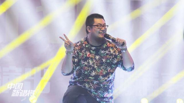 著名笑星王洋风趣的一首《新疆胡杨》唱尽了对家乡的无限爱意!