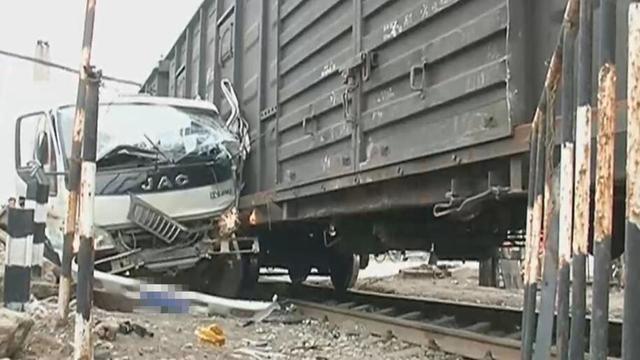 视频|货车抢越线路撞上火车 货车车头撞毁现场惨烈