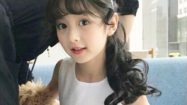 8岁小女孩打扮时尚,颜值极高撞脸杨幂,家人长这样