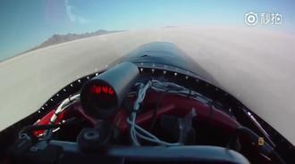 这是我见过最快的赛车了,火箭般的造型,用降落伞才能停住