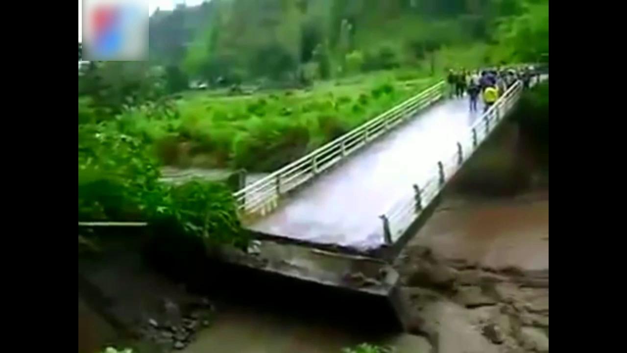 泰国农村发山洪人们站在桥上看 下一秒可怕的事就发生了
