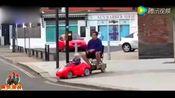 玩具汽车小司机带老爸逛街!画面萌炸了