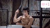李小龙挥动双棍威武霸气,对方以为自己拿到双截棍,就可无敌了!