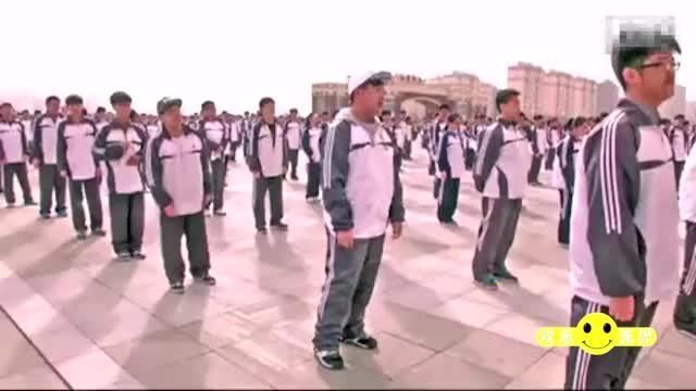 黑龙江大庆四中课间操,班里的灵魂舞者,校长有魄力全校跳广场舞.