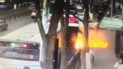 西宁南山路路面塌陷,一公交车掉入坑内 现场高压线爆燃