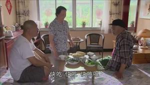 赵四去刘能家蹭酒喝 散酒不过瘾非要喝瓶酒