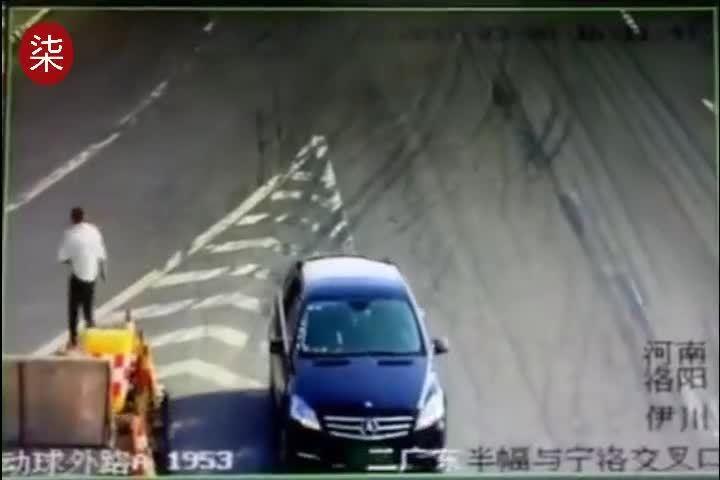这辆奔驰火了!监拍男子高速路上花式违章 临走还对着监控挥手