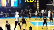 杜兰特与粉丝打球,失误居多,主持人:KD请拿出你二分的实力