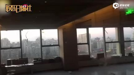 网曝赵薇北京4家公司搬空 工人遮挡玻璃不要瞎写