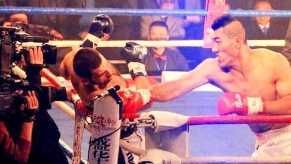 2米1农村傻大个成拳王,将美国拳手打上担架,出场费高达130万