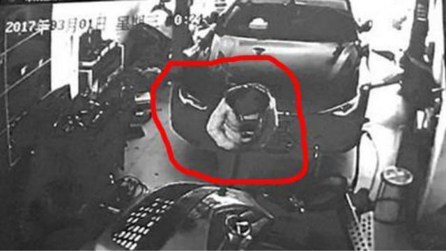 监控拍下女子蹲奥迪车后2分钟生下男婴……