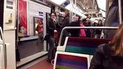 巴黎的地铁歌手,声音深沉,画面辛酸