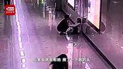 女子连续加班1个月在地铁崩溃大哭 陌生人摸头拥抱给她安慰