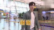 白T衬衫牛仔裤也能这么好看!徐康俊帅气现身机场