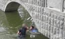 【山东】太尴尬!小伙失恋酒后跳河 河水太浅水不及胸