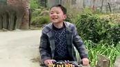 骑车追了几条田坎,只为看一眼无人机小小的梦想扎了根,小朋友眼睛里有光!