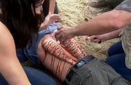 男子渡河遭恐怖吸血怪物吸附在背上,只能用刀一条条地剥下来