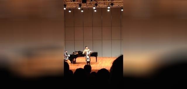 藏族歌手泽旺多吉演唱《草原上升起不落的太阳》好听的男声版,观众掌声雷动