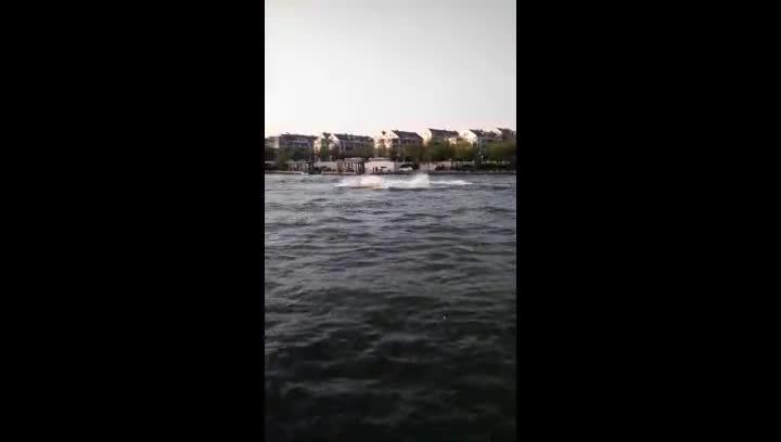 受不了天津的高温,直接开着摩托艇下海河