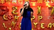 农村晚会上女子霸气翻唱《上海滩》