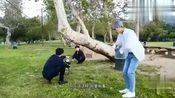 陈立农给尤长靖拍照,林彦俊在旁边让他表演吃草,三人太搞笑了!