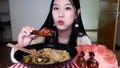 美女吃播:海底捞竟然也出了螺蛳粉?大口嗦粉,大口吃鸡腿