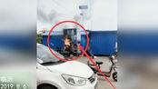 正能量!临沂一冰激凌三轮车起火 众人急帮忙灭火