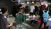 大鹏买衣服,问服务员这衣服多少钱?