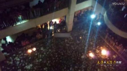 实拍陕西一中学禁办元旦晚会 千名学生烧书抗议集体呼喊校长名字